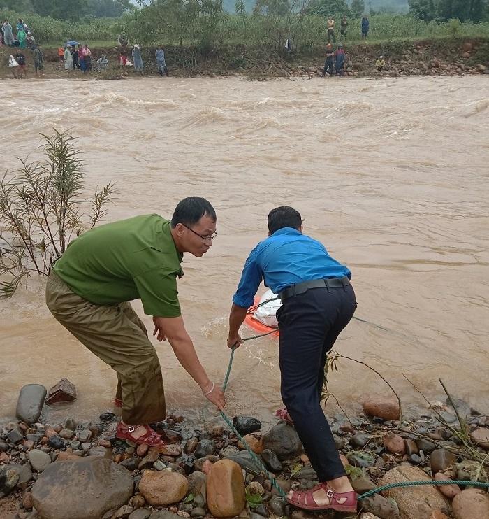 Nối dây thừng vượt suối, tiếp tế 50 hộ dân bị cô lập trong lũ