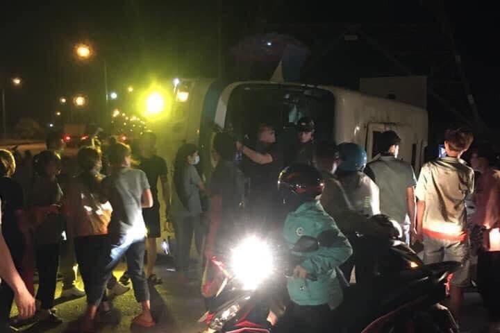 Ô tô chở công nhân lật đè xe máy, 1 người chết, 11 người bị thương