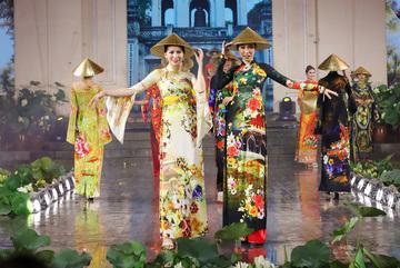 Nón lá dát vàng, áo dài di sản được trình diễn ở Lễ hội Áo dài