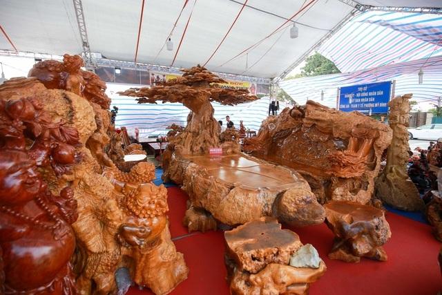 Xôn xao bộ bàn ghế 'khủng' từ gỗ nu, chạm khắc tứ linh tinh xảo ở Hà Nội