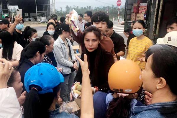 Thuỷ Tiên đến Huế giúp bà con vùng lũ sau khi quyên góp được 10 tỷ -  VietNamNet