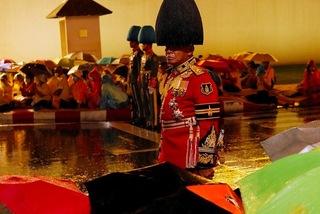 Người Thái Lan dầm mưa tưởng nhớ nhà vua quá cố