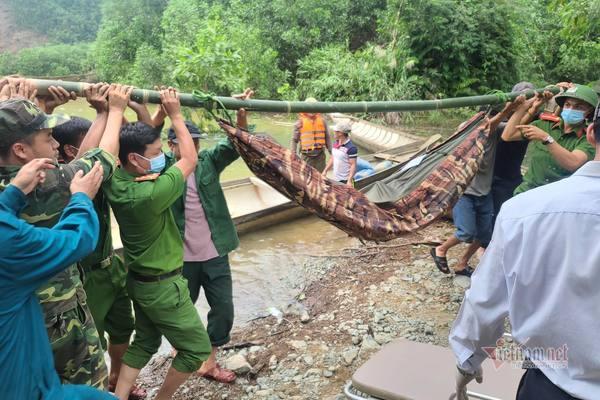Đã cứu được 19 người từ Rào Trăng 4, đưa thi thể đầu tiên ra ngoài
