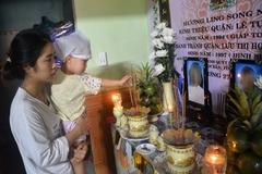Cha mẹ bị lũ cuốn, con thơ 2 tuổi mếu máo đi tìm giữa đám tang