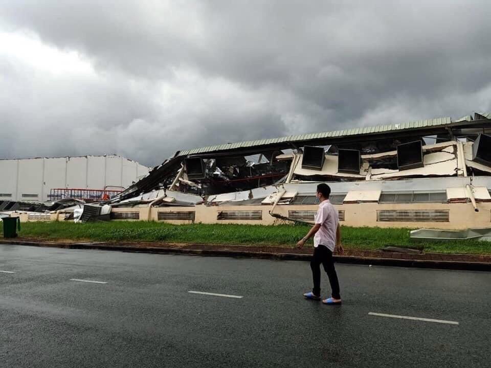 Lốc xoáy cuốn bay mái tôn lên không trung, kéo sập nhà xưởng