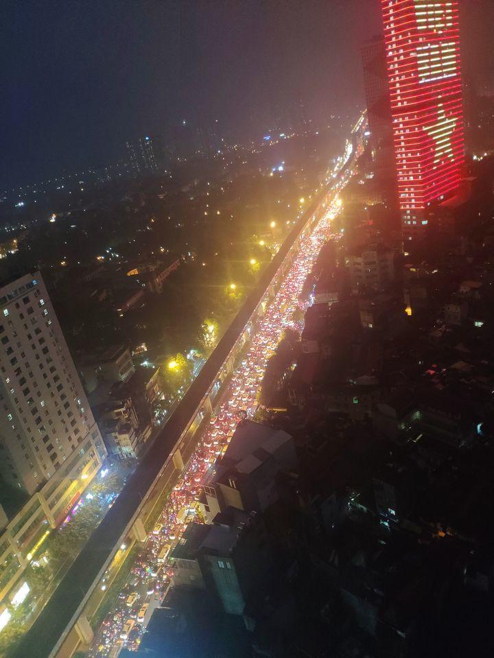 Đi lại khó khăn do mưa bão, nhiều tuyến đường Hà Nội thành 'bãi đỗ xe'