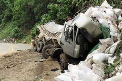 Xe tải lao vách đá biến dạng, tài xế tử vong mắc kẹt trong cabin