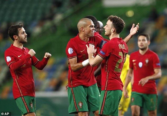 Vắng Ronaldo, Bồ Đào Nha vẫn 'nghiền nát' Thụy Điển