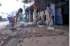 Bùn chất đầy nhà sau lũ, người dân Quảng Trị hối hả dọn dẹp