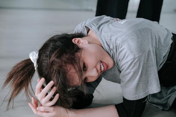 Thiều Bảo Trâm cố gắng cười dù bị thương tích đầy mình