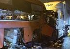 Vượt ẩu,  ô tô khách đối đầu xe container khiến 2 người chết