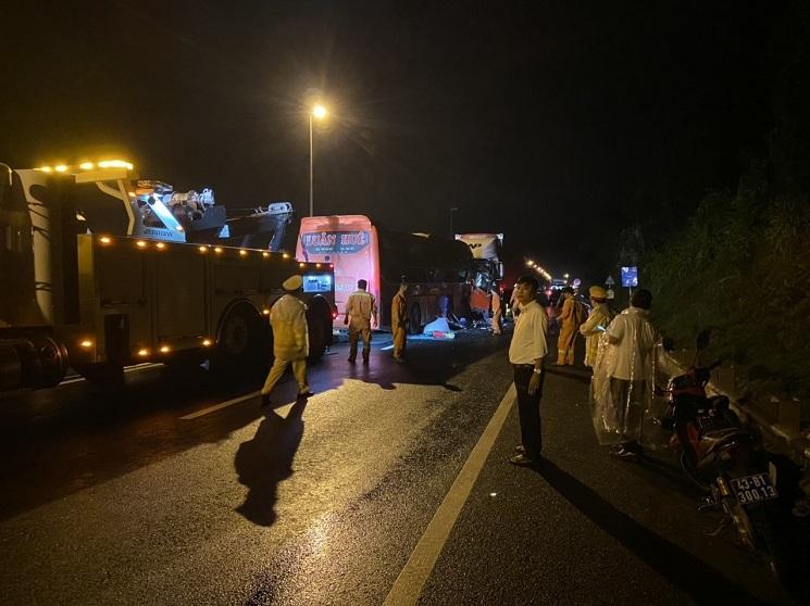 Vụ ô tô đối đầu xe container: 14 người trong gia đình gặp nạn khi đi ăn cưới