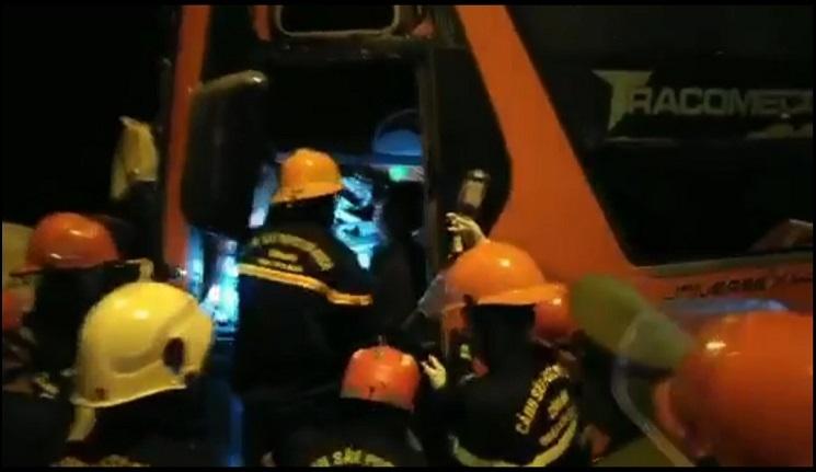 Ô tô khách đối đầu xe container, 2 người chết, hơn 10 người bị thương