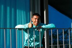 Ronaldo đi chuyên cơ y tế về Italia cách ly