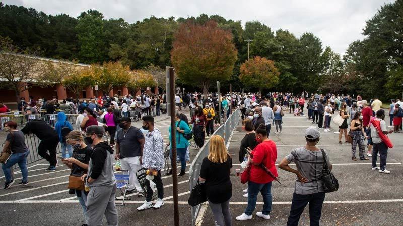 Hình ảnh người Mỹ kiên nhẫn xếp hàng dài chờ bỏ phiếu sớm