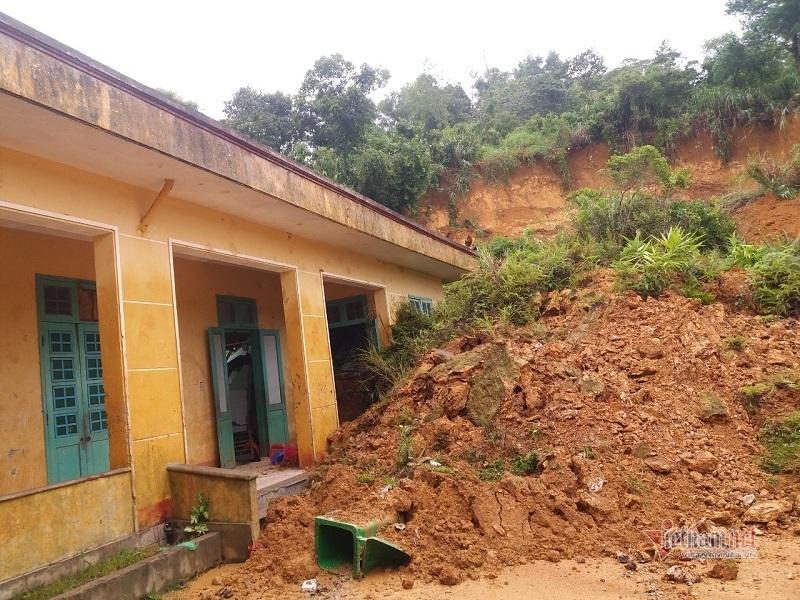 Trường học ở Quảng Trị bị hàng chục khối đất đá vùi lấp