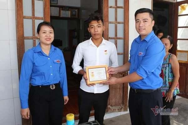 Trao huy hiệu Tuổi trẻ dũng cảm cho các 'chiến binh' cứu người trên tàu Vietship 01