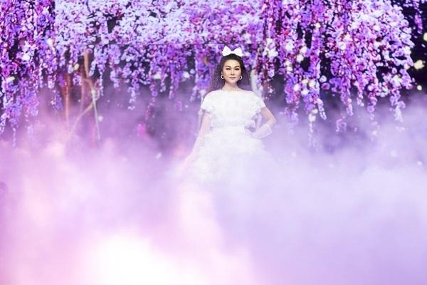 Thanh Hằng đẹp mơ màng trong 'vườn hoa cổ tích'