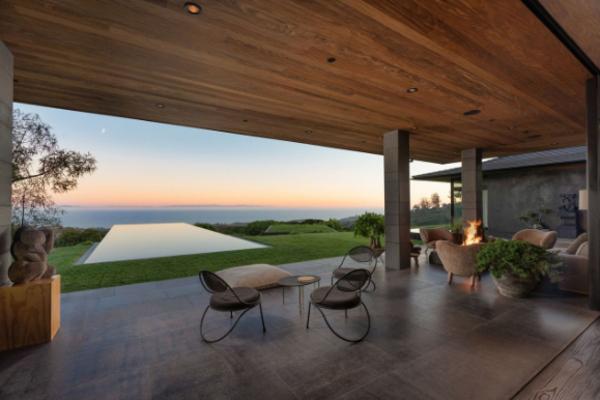 Nhà bên chân núi, view biển trị giá 960 tỷ của vợ chồng MC đồng tính