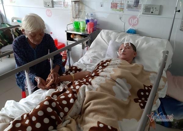 Mẹ già 80 tuổi còng lưng nhặt ve chai mong cứu con gái xuất huyết não