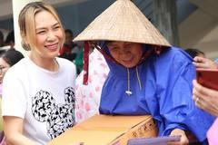 Mỹ Tâm trực tiếp cứu trợ miền Trung, Trấn Thành nhận ủng hộ hơn 3 tỷ