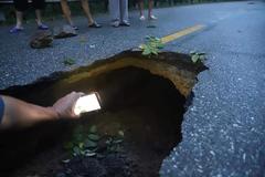"""Sau mưa lớn, quốc lộ ở Quảng Ninh xuất hiện hố """"tử thần"""""""