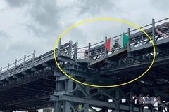 Cầu thép 80 tỷ ở Sài Gòn trễ hẹn 2 tháng khai thác vì bị sà lan tông