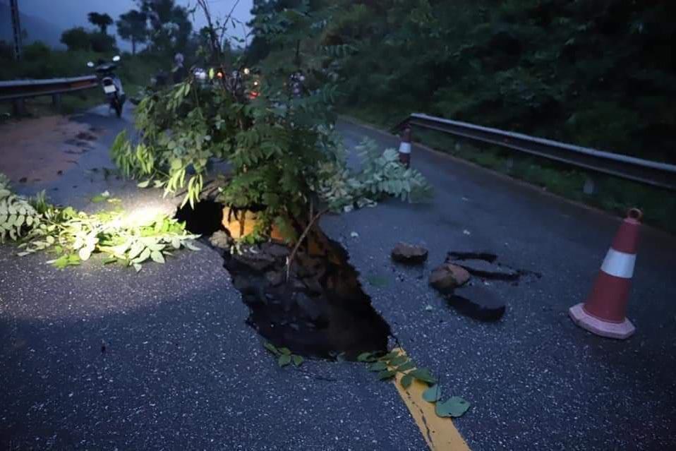 Sau mưa lớn, quốc lộ ở Quảng Ninh xuất hiện hố 'tử thần'