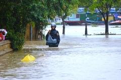 Dự báo thời tiết 17/10: Miền Trung mưa xối xả và còn kéo dài