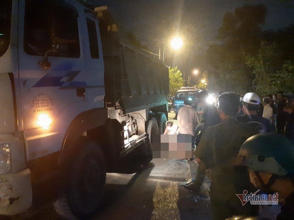 Tránh ổ gà giữa đường Sài Gòn, thanh niên bị xe tải cán chết