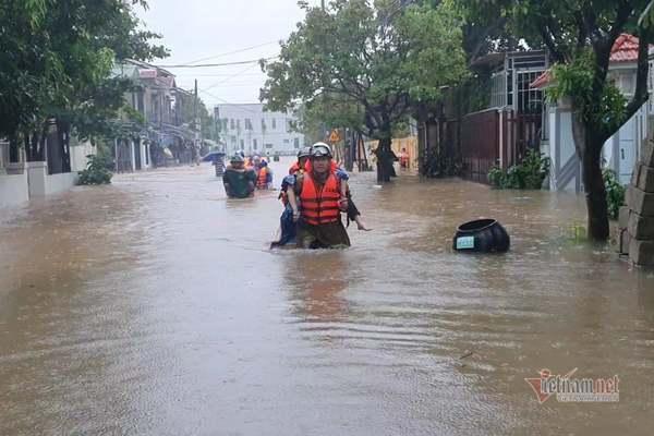 Cảnh sát giải cứu 42 giáo viên, học sinh kẹt ở trường học do mưa lớn