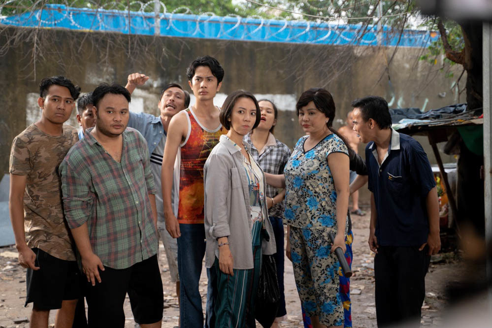 Lê Giang dùng cả thau nước tạt vào người Việt Anh trong phim mới