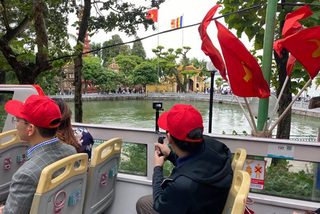 Ngắm thu Hà Nội từ xe bus hai tầng mui trần
