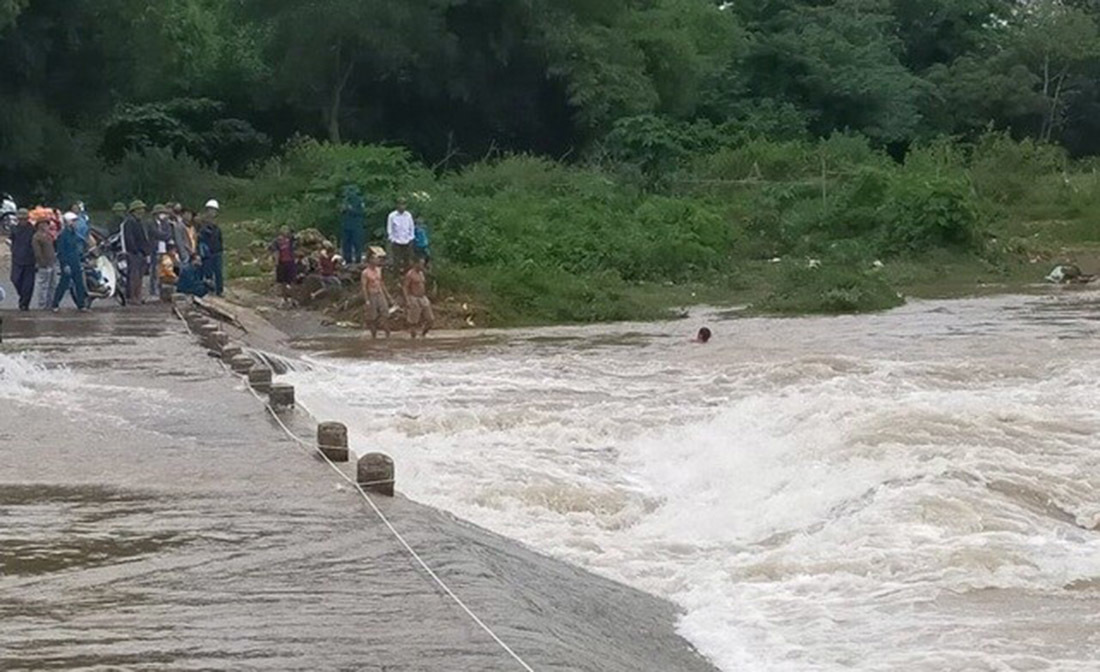 Người đàn ông bị lũ cuốn mất tích khi qua đập tràn ở Nghệ An