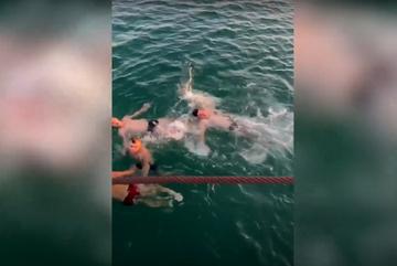 Người đàn ông rời xe lăn lao xuống biển cứu người đuối nước gây xúc động