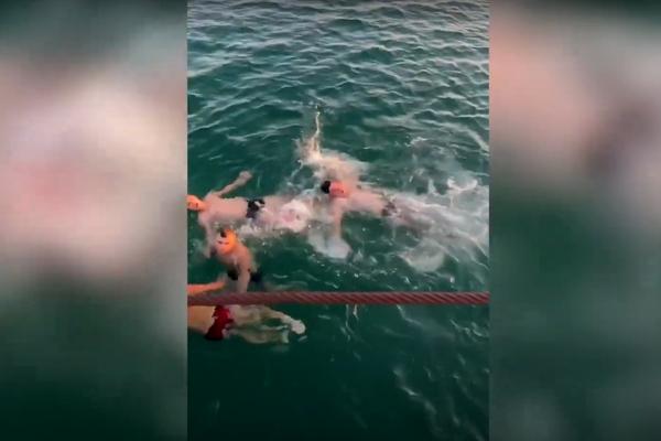 Clip chàng trai liệt chân lao xuống biển cứu người đuối nước nóng nhất mạng xã hội