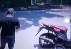 Người đàn ông trộm cá cảnh nhét vào túi quần gây sốc