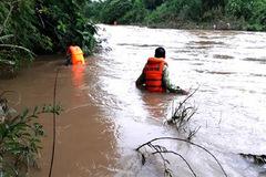 Thuyền lật úp trên sông Giăng, cứu sống 2 người, 1 mất tích
