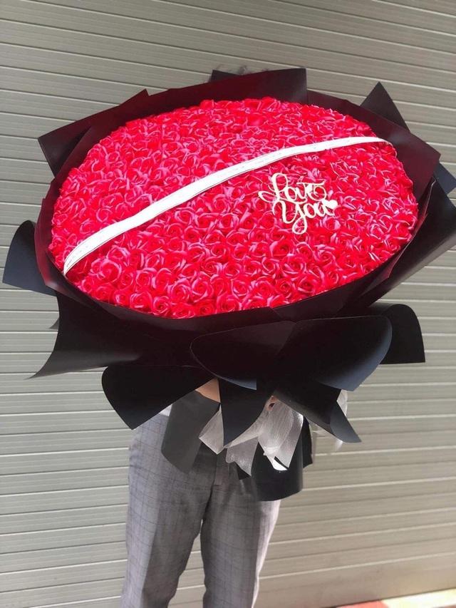 Ngày đi làm, đêm bó hoa sáp: Cặp vợ chồng trẻ kiếm chục triệu mỗi ngày