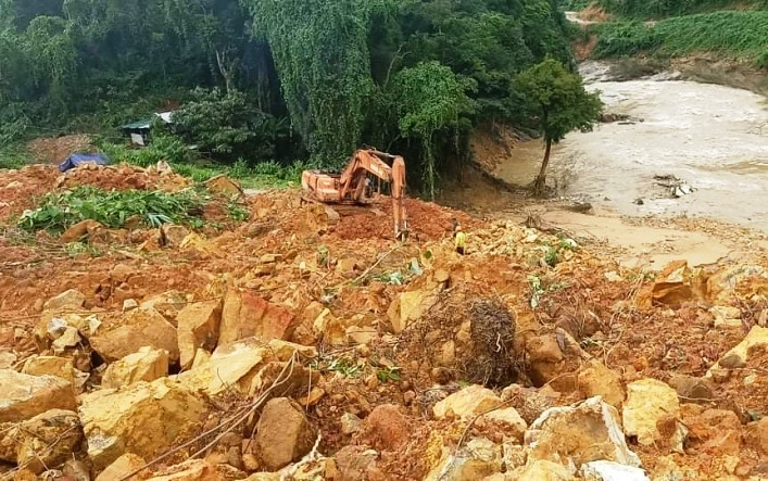 Dùng trực thăng chuyển lương thực vào Rào Trăng 3 nơi 15 công nhân mất tích