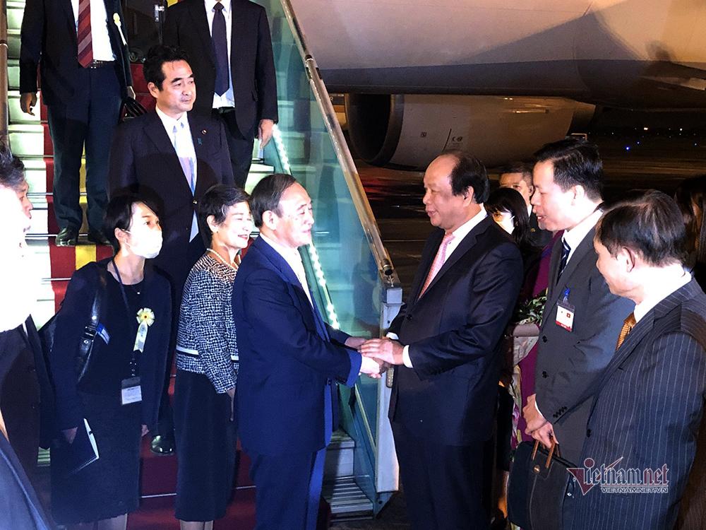 Thủ tướng Nhật Bản đến Hà Nội, bắt đầu chuyến thăm chính thức Việt Nam