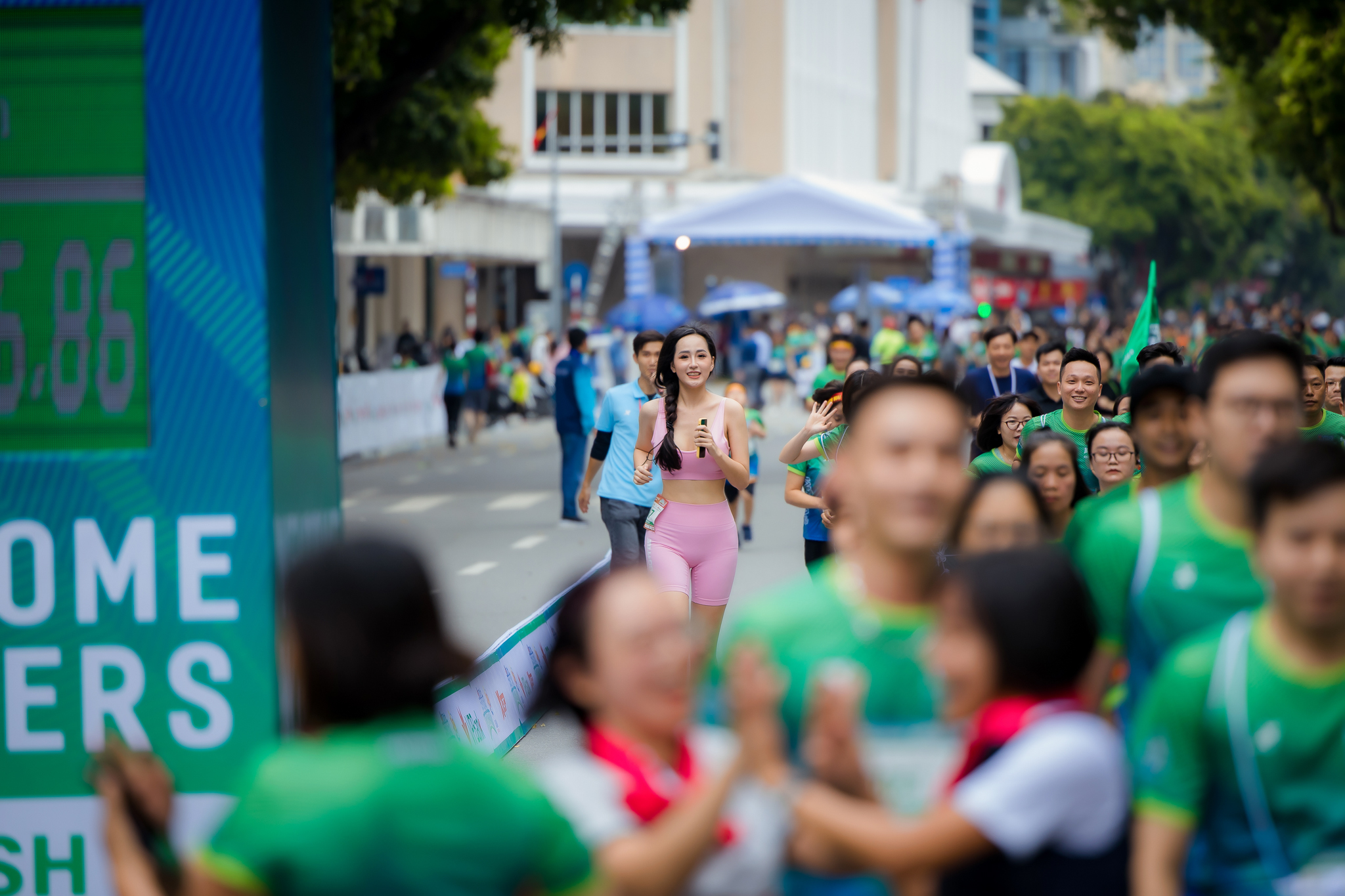 Mai Phương Thuý khoe hình thể chuẩn khi chạy bộ ở Hồ Gươm