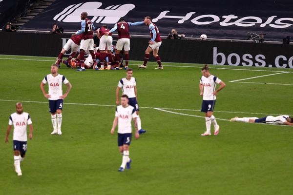 West Ham ghi 3 bàn cuối trận khiến thầy trò Mourinho khóc hận