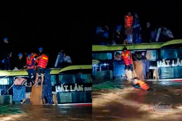 Xe khách trôi trong lũ xiết, giải cứu 18 hành khách hoảng loạn