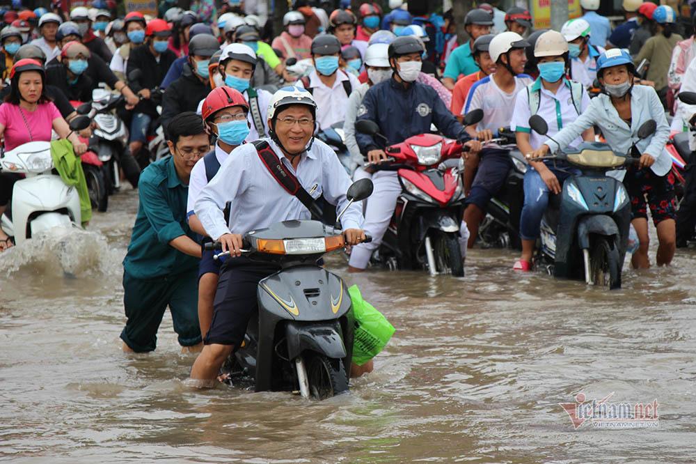 Nghìn xe máy 'bơi' trong biển nước ở Cần Thơ ngày đầu tuần