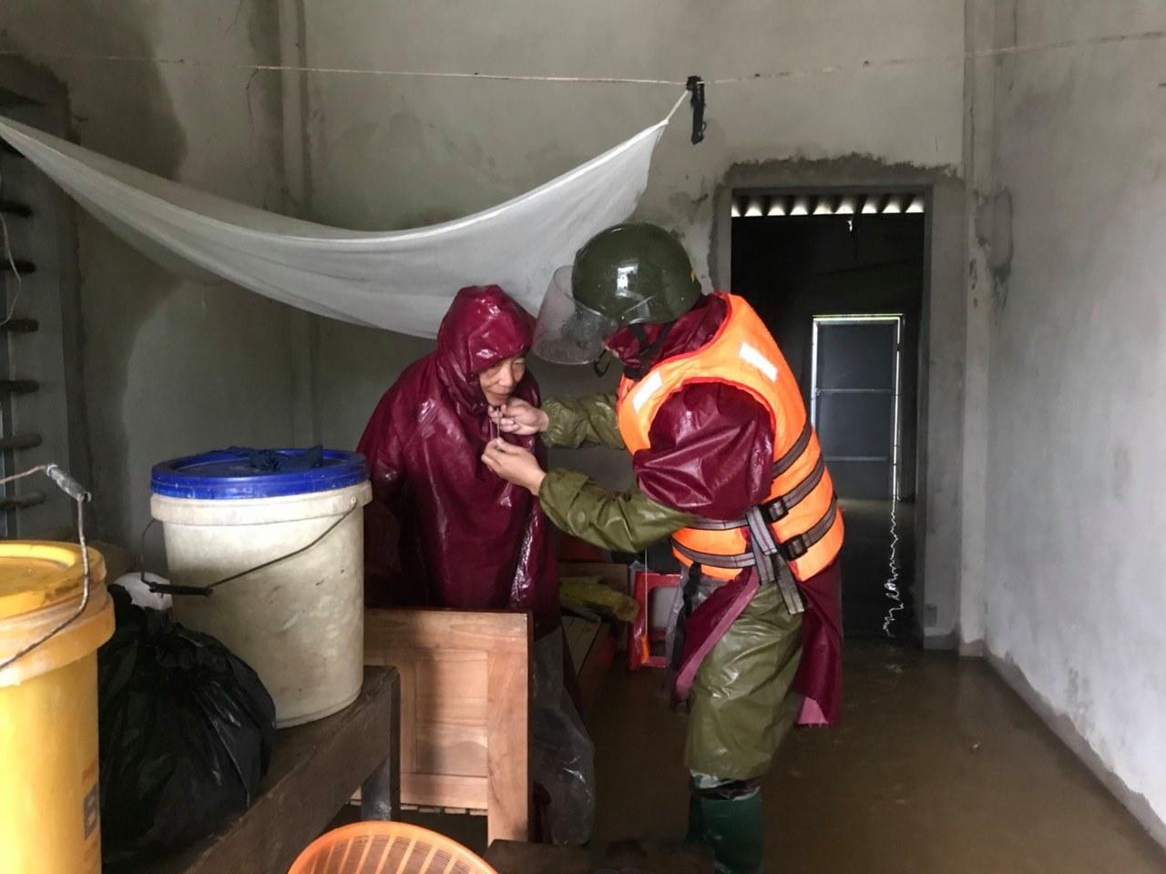 Đường phố Hà Tĩnh biến thành sông, lệnh sơ tán hàng nghìn hộ dân