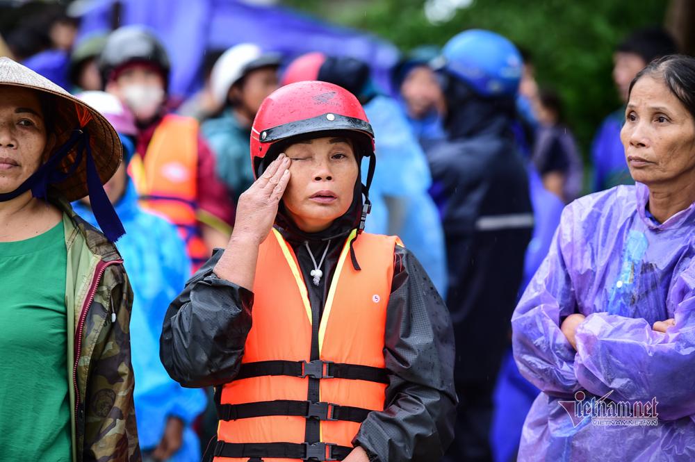 Lũ lớn lịch sử ở Quảng Bình, người dân leo nóc nhà chờ ứng cứu