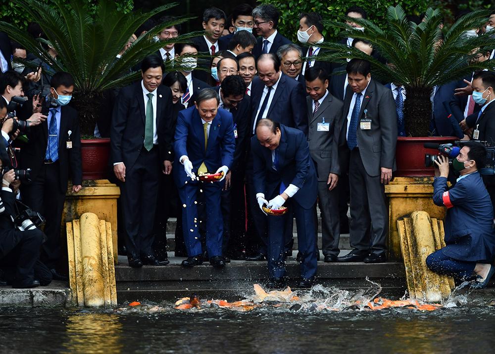 Thủ tướng Nhật Bản thăm Nhà sàn Bác Hồ, cho cá ăn trong khu di tích