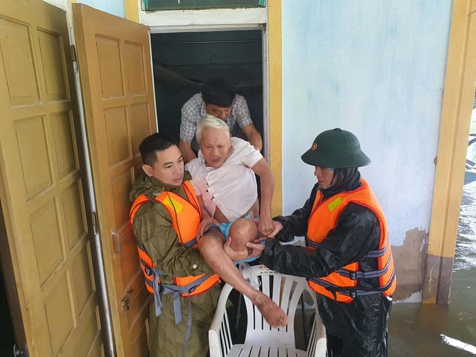 Công an vượt lũ đưa sản phụ đang chuyển dạ tới bệnh viện sinh con