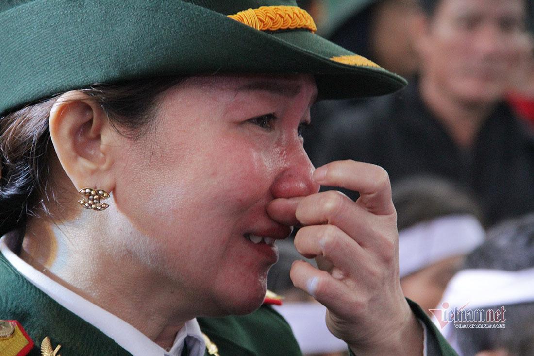 Mưa lạnh tê tái, giàn giụa nước mắt tiễn các liệt sỹ ở Rào Trăng 3 về đất mẹ